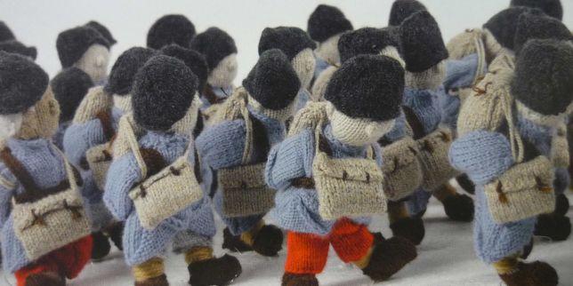 O exército de lã feito por artesãos do mundo todo e coordenado pela artista francesa Délit Maiile